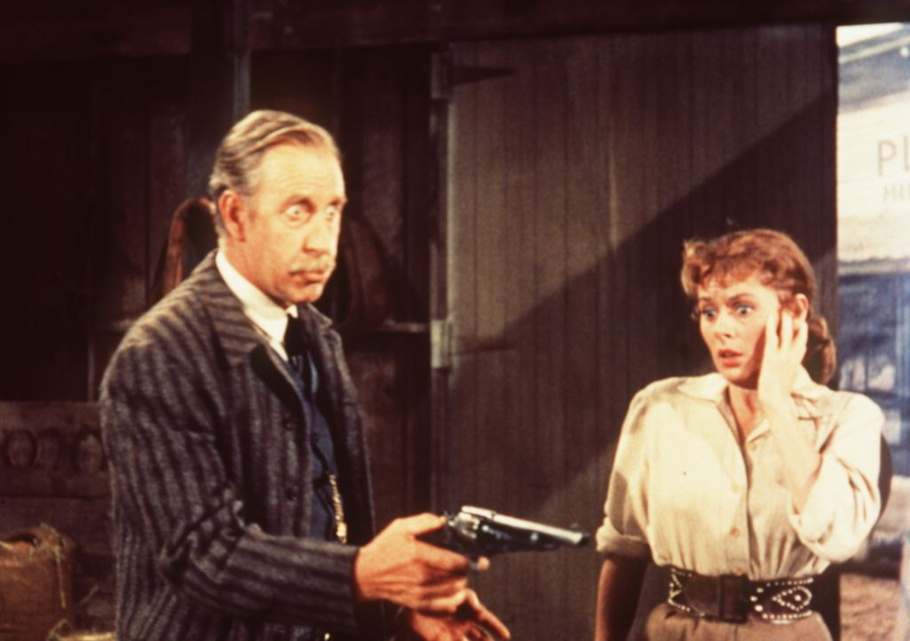 J.R. Ridley (Frank Ferguson, l.) verliert die Kontrolle über sich und zieht einen Revolver. Seine Tochter Sally (Patricia Michon, r.) ist zutiefst g... - Bildquelle: Paramount Pictures