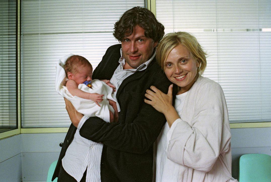 Frischgebackene Eltern: Sylvie (Nina Weniger, l.), Max (Hans-Jochen Wagner, r.) und Baby Sam. - Bildquelle: Noreen Flynn Sat.1