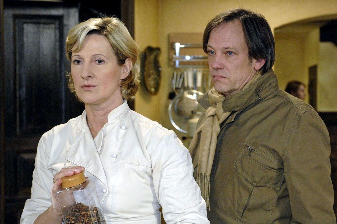 Armin (Rainer Will, r.) und Susanne (Heike Jonca, l.) können ihren Streit nicht begraben ... - Bildquelle: Oliver Ziebe Sat.1