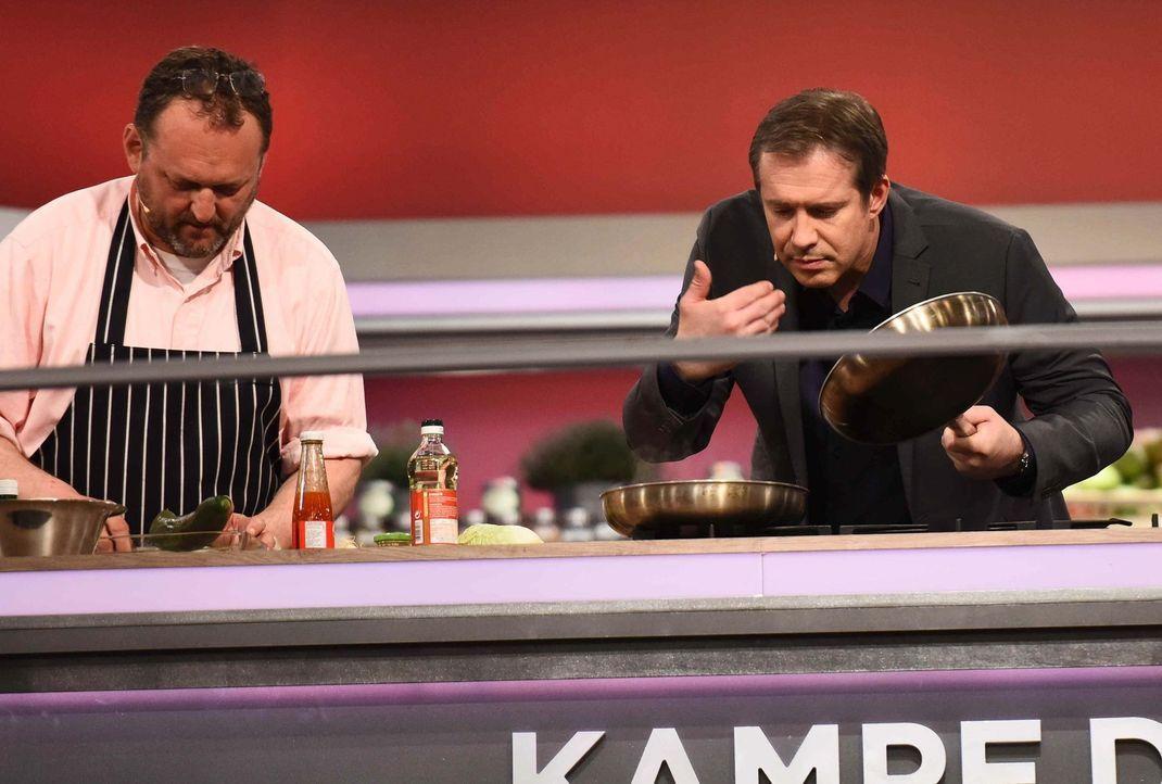 Amateur gegen Profi - wer gewinnt die Koch-Challenge? Sternekoch Alexander Herrmann (r.) lässt Hobbyköche mit drei erprobten Gerichten gegen drei Pr... - Bildquelle: Willi Weber SAT.1