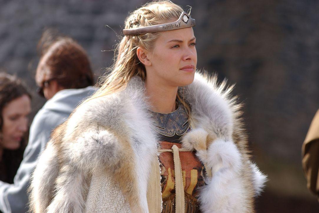 Brunhild (Kristanna Loken) trifft in Burgund ein und wird dem Volk als neue Königin vorgestellt. - Bildquelle: Sat.1/© 2004 Tandem Communications/VIP Medienfonds 2&3 TANDEM PRODUCTIONS