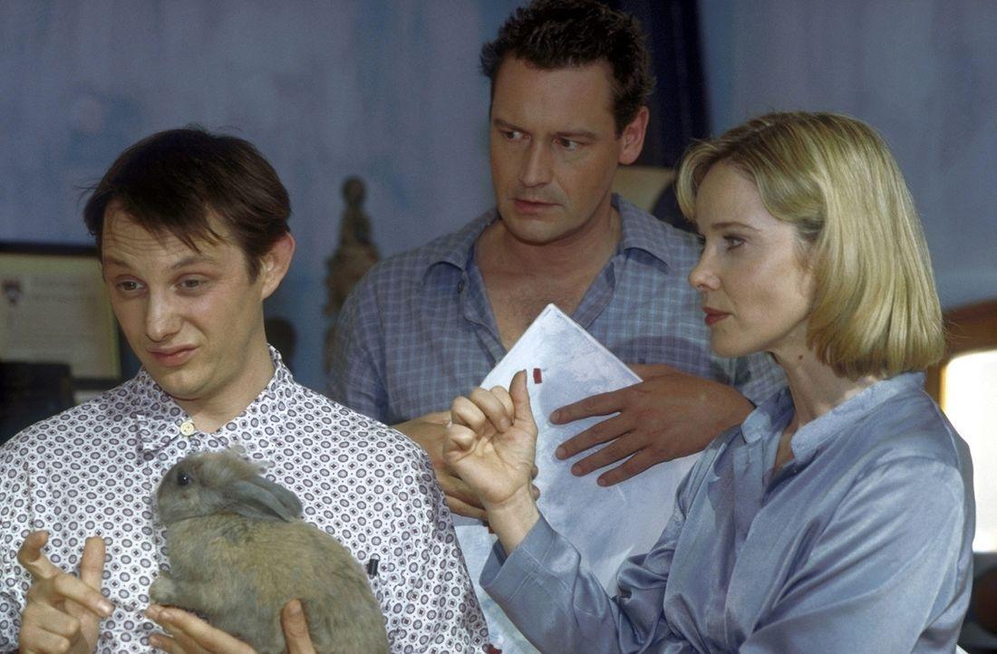 Kai (Stephan Benson, M.) will Mathilda (Ann-Kathrin Kramer, r.), aber nicht Matze (Arndt Schwering-Sohnrey, l.). Deshalb setzt er seine Braut unter... - Bildquelle: Gordon Prosieben