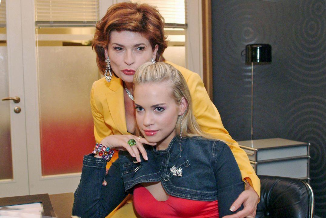 Sophie (Gabrielle Scharnitzky, l.) tröstet Kim (Lara-Isabelle Rentinck, r.), die sich von ihrem Vater abgewiesen fühlt. - Bildquelle: Noreen Flynn Sat.1