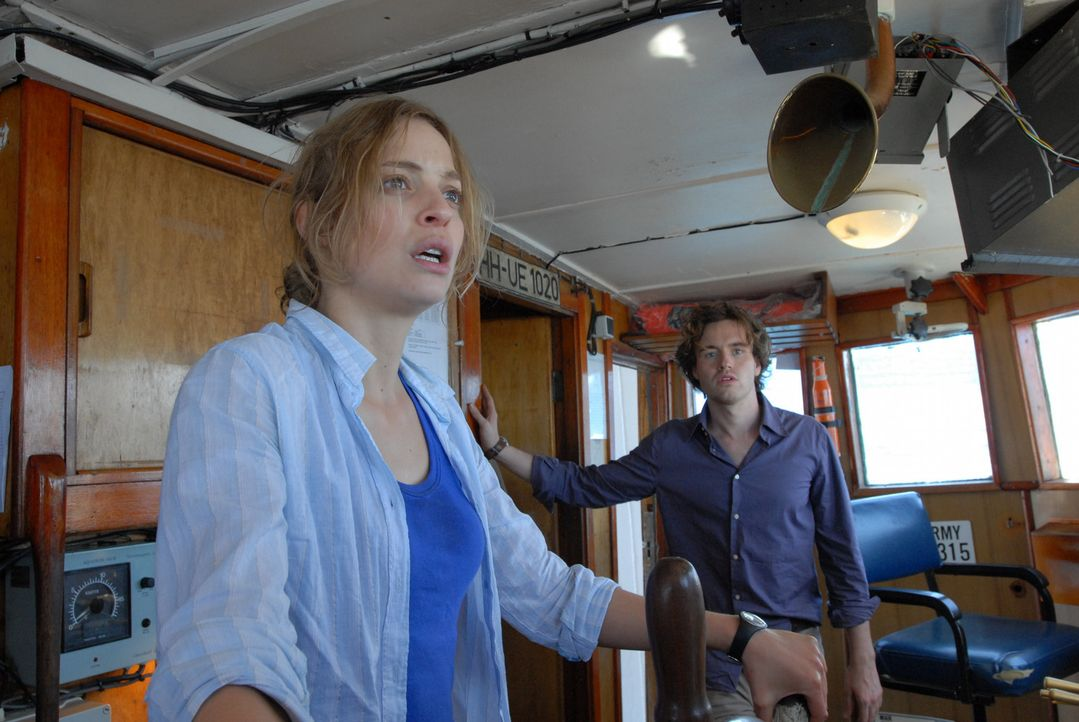 Als Jack und Thomas (Jamie King, r.) erfahren, dass die resolute Kellnerin Cara (Elodie Frenck, l.) eine erfahrene Mechanikerin ist, nehmen sie sie... - Bildquelle: TANDEM COMMUNICATIONS - All Rights Reserved
