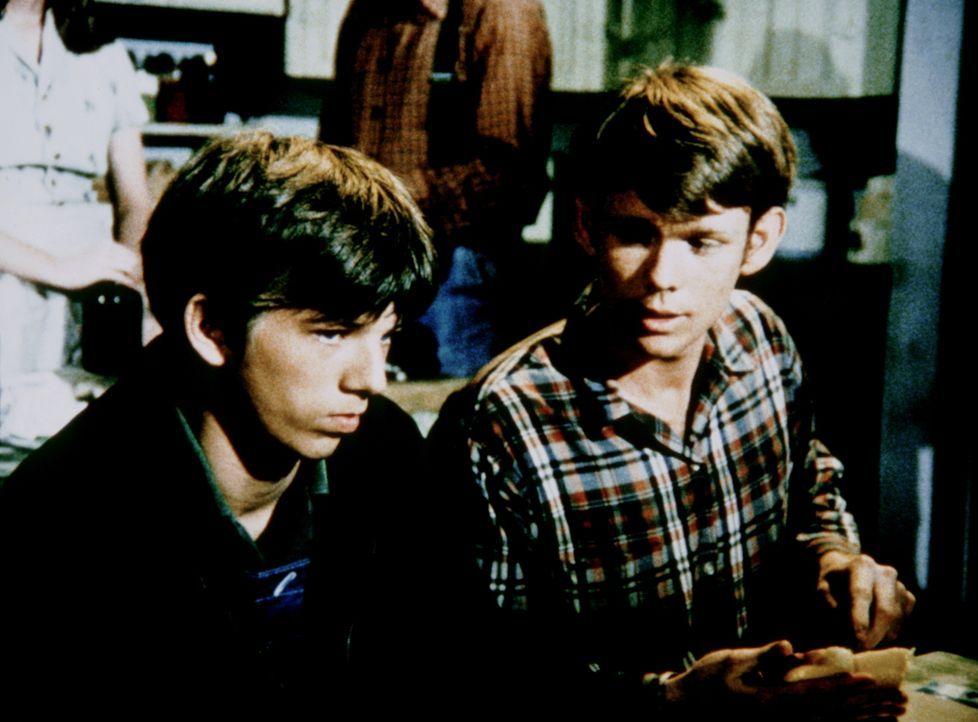 Jim Bob (David W. Harper, l.) fühlt sich schuldig an Elizabeth' Unfall und lässt sich auch von seinem Bruder Jason (Jon Walmsley, r.) nicht trösten.... - Bildquelle: WARNER BROS. INTERNATIONAL TELEVISION