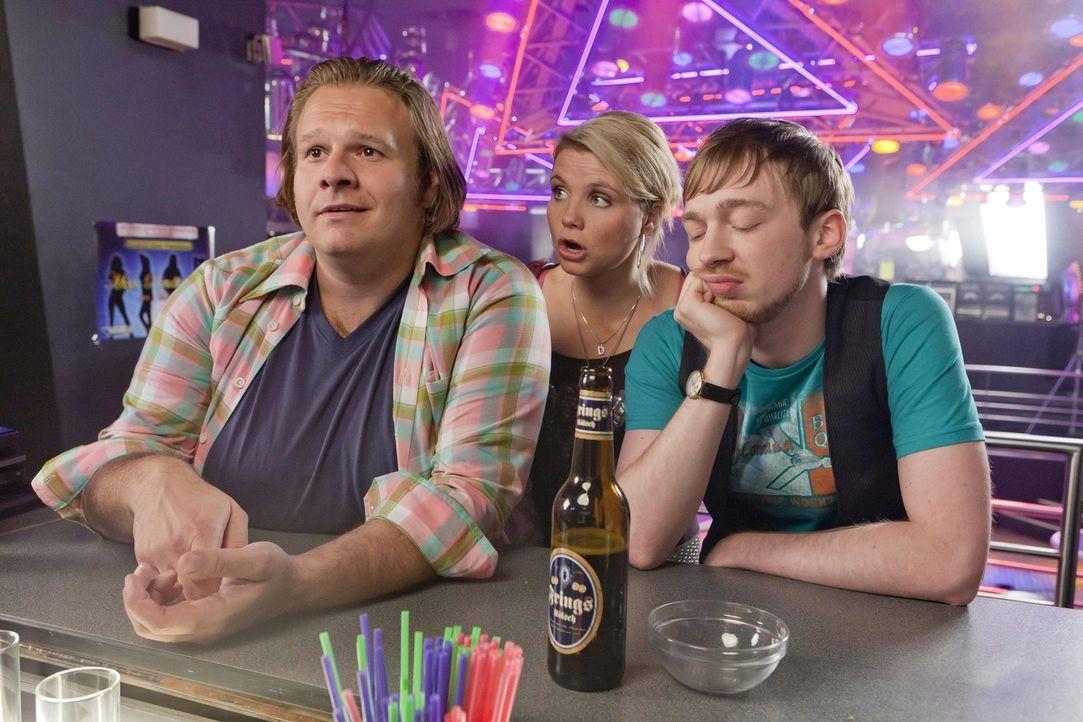Auf gute Freunde ist Verlass: Bea, Nils (Oliver Fleischer, l.) und Hannes (Tino Mewes, r.) stehen Danni (Annette Frier, M.) bei einem neuen Fall zur... - Bildquelle: Frank Dicks SAT.1