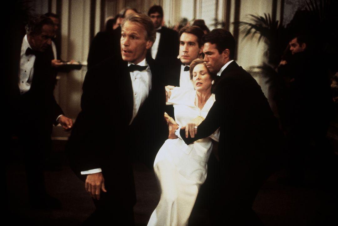 Waldeck (Michael Beck, l.) und zwei Sicherheitsleute kümmern sich um Victoria Larkin (Victoria Tennant, 2.v.r.), die gerade niedergestochen wurde. - Bildquelle: Viacom