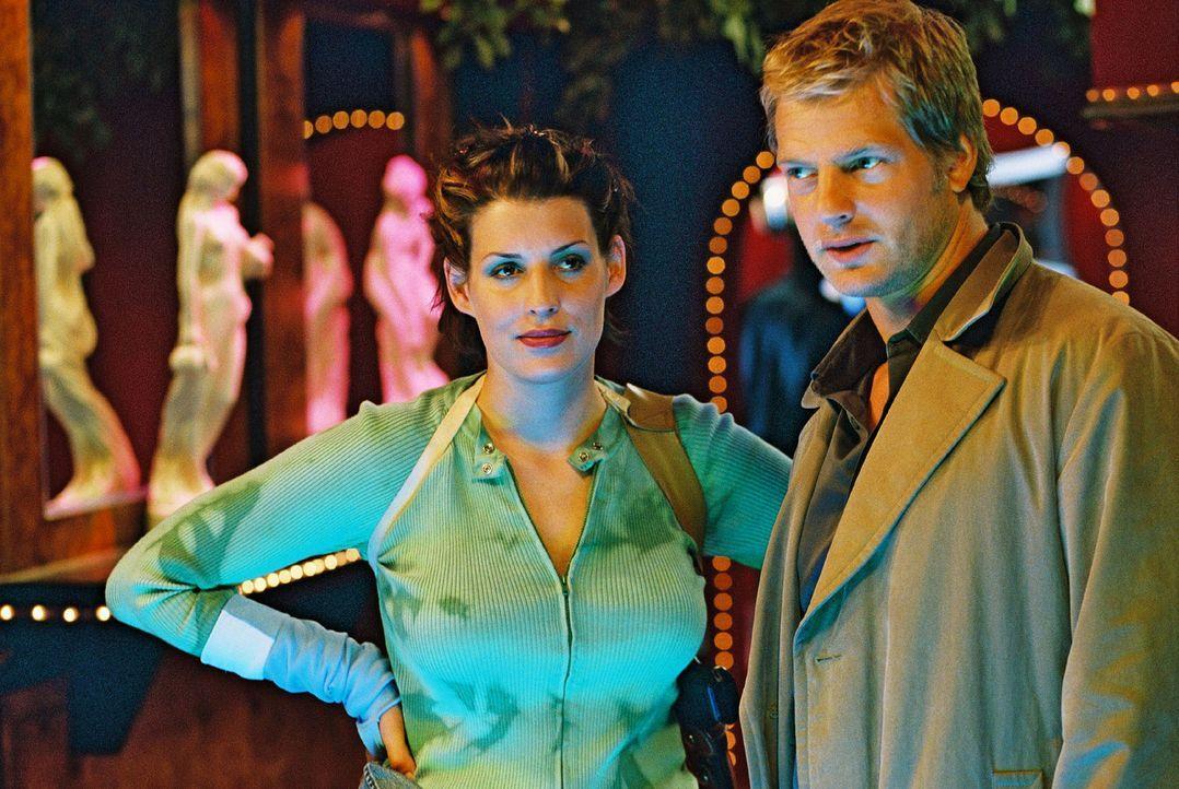 Nina (Elena Uhlig, l.) und Leo (Henning Baum, r.) recherchieren im Rotlichtmilieu. Ihr Kollege Wacker soll eine Prostituierte erschossen haben ... - Bildquelle: Christian A. Rieger Sat.1