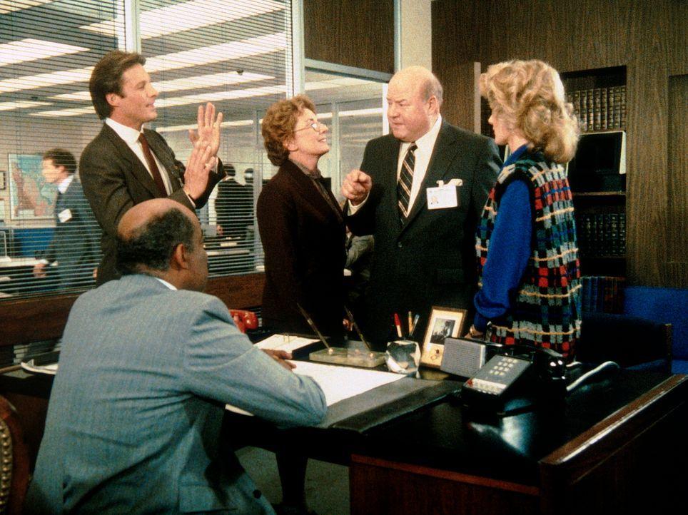 Geheimdienstboss Larner (Dana Elcar, 2.v.re.) will Amanda entlassen, da er überzeugt ist, dass sie der Maulwurf ist. Lee (Bruce Boxleitner, l.), Bil...