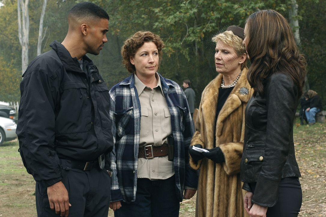 Derek (Shemar Moore, l.), Deputy Long (Maura Soden, 2.v.l.) und Elle (Lola Glaudini, r.) versuchen von Mary Mays (Lindsay Crouse, 2.v.r.), Hintergrü... - Bildquelle: 2005 CBS BROADCASTING INC. All Rights Reserved.