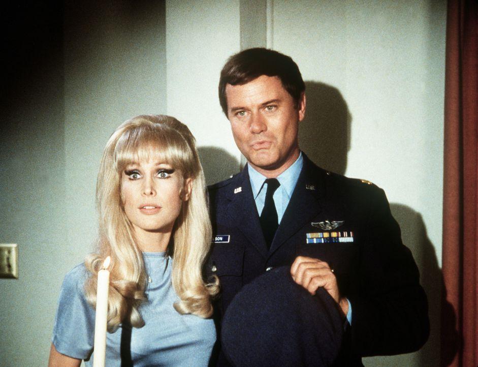 Jeannie (Barbara Eden, l.) wurde von Tony (Larry Hagman, r.) gebeten, etwas sparsamer zu Haushalten, doch nun wird sogar am Licht gespart. - Bildquelle: Columbia Pictures