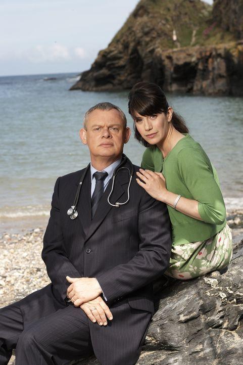 Für wen wird sich Doc Martin (Martin Clunes, l.) entscheiden? Für die ehemalige Studienkollegin Edith oder für Louisa (Caroline Catz, r.)? - Bildquelle: BUFFALO PICTURES/ITV