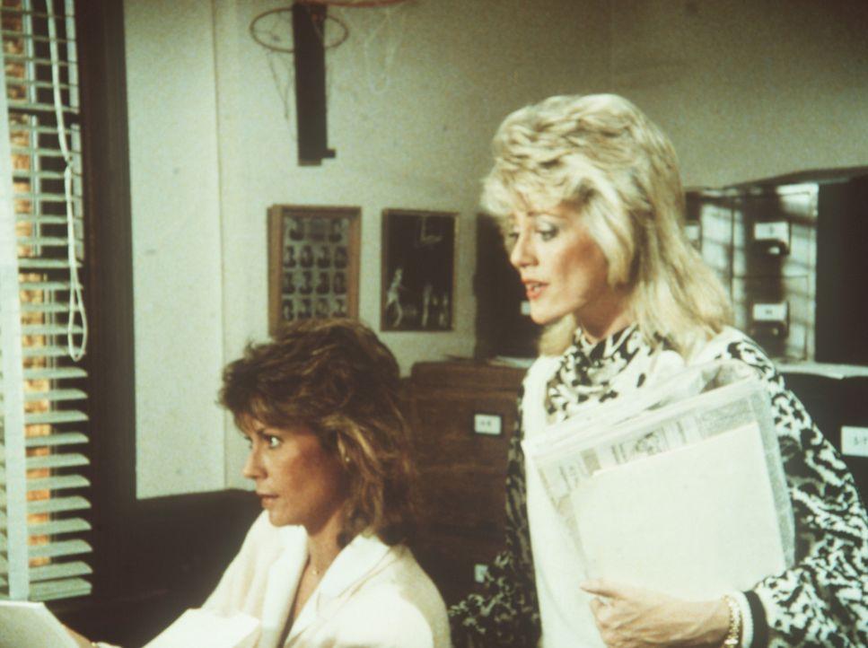 Fieberhaft suchen Amanda (Kate Jackson, l.) und Francine (Martha Smith) nach einem Dokument, dessen Veröffentlichung das Ende für den Geheimdienst b...