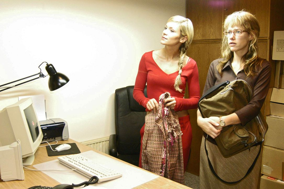 Völlig arglos lässt sich Lisa (Alexandra Neldel, r.) von Sabrina (Nina-Friederike Gnädig, l.) in ihr neues Büro - ein fensterloser, kalter Raum - ei... - Bildquelle: Noreen Flynn Sat.1