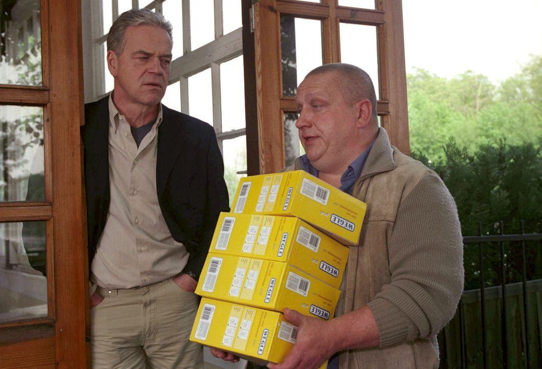 Wolff (Jürgen Heinrich, l.) befragt den Busfahrer Armin Goll (Udo Kroschwald, r.) nach den Heizdecken. - Bildquelle: Claudius Pflug Sat.1