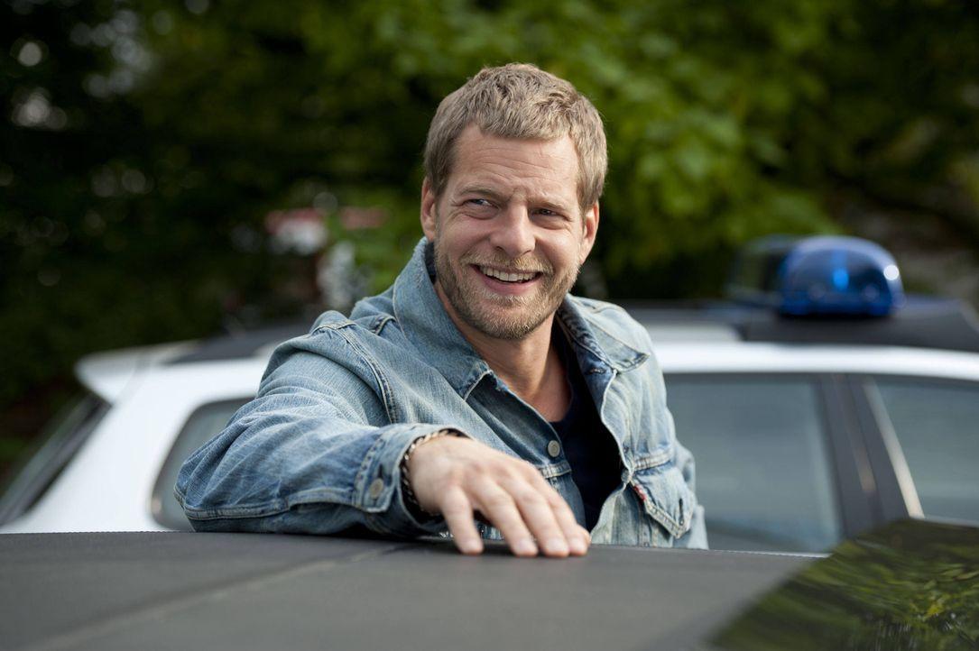 """(3. Staffel) - Nach Tanjas Schussverletzung kümmert sich """"der letzte Bulle"""" (Henning Baum) rührend um sie. Er sorgt dafür, dass es ihr rundum gut ge... - Bildquelle: Martin Rottenkolber SAT.1 / Martin Rottenkolber"""