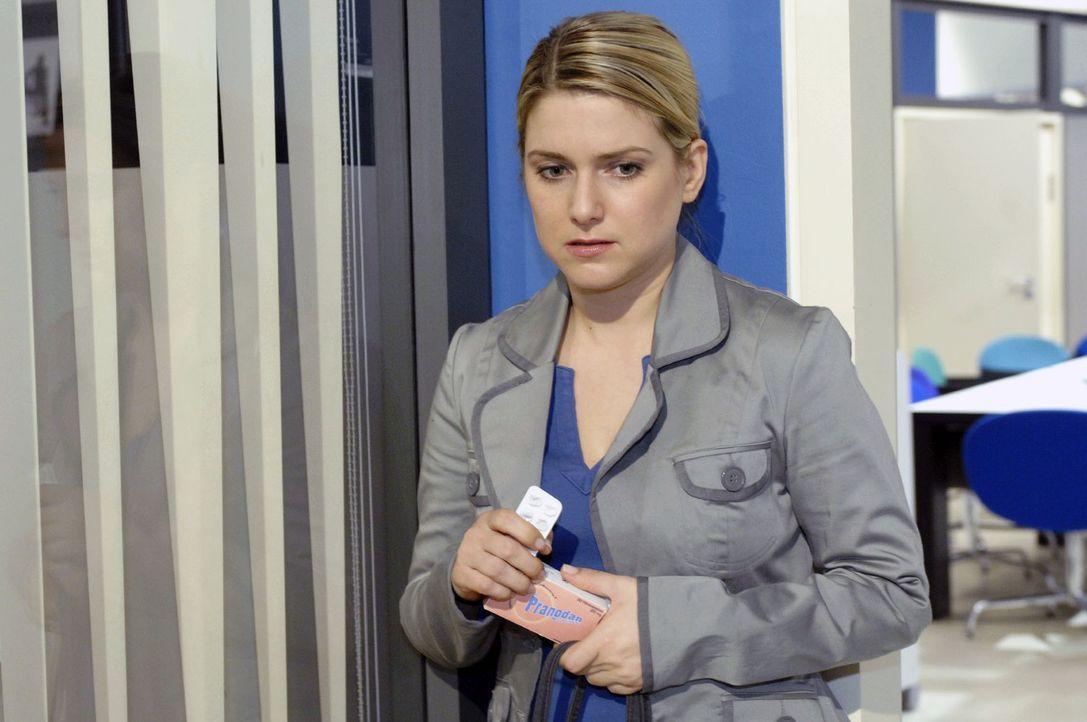Aufgeputscht begibt sich Anna (Jeanette Biedermann) an ihren Arbeitsplatz. - Bildquelle: Oliver Ziebe Sat.1