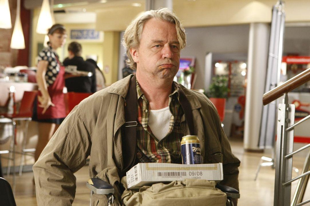 Ist jederzeit für eine Überraschung gut: Dannis Vater Kurt (Axel Siefer) ... - Bildquelle: Frank Dicks SAT.1