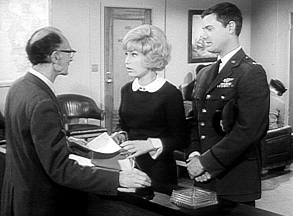 Tony (Larry Hagman, r.) muss zu einer Flugschau nach Rom reisen, und Jeannie (Barbara Eden, M.) will ihn begleiten. Der Beamte auf dem Passamt (Pete... - Bildquelle: Columbia Pictures