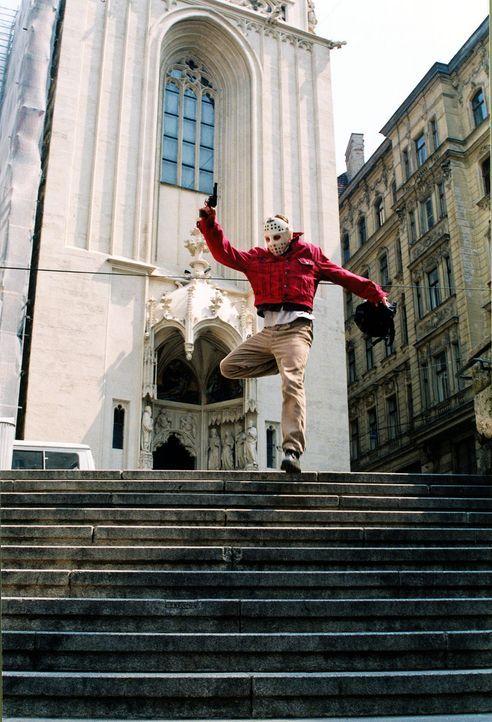 Anton (Roman Knizka) hat wegen seiner Schulden bei dem Dealer Sonner eine Bank überfallen. Die Flucht gelingt, doch dem nervösen Bankräuber wurde vo... - Bildquelle: Ali Schafler Sat.1