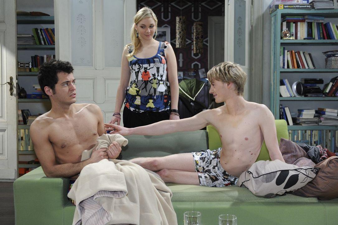 Als Maik (Sebastian König, l.) am Morgen aufwacht, ist er der festen Überzeugung, die Nacht gemeinsam mit dem schwulen Pierre (Eric Bouwer, r.) verb... - Bildquelle: Oliver Ziebe Sat.1