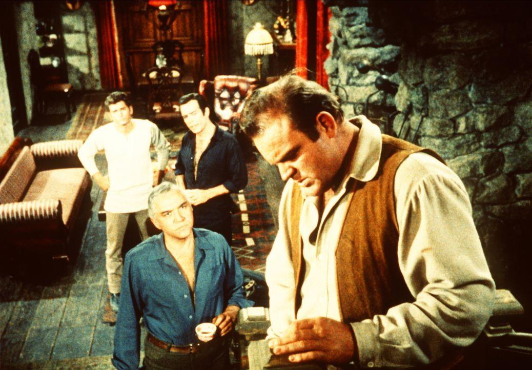 Widerwillig eröffnet Hoss Cartwright (Dan Blocker, r.) seinem Vater Ben (Lorne Greene, 3.v.r.) und seinen Brüdern Adam (Pernell Roberts, 2.v.r.) und... - Bildquelle: Paramount Pictures