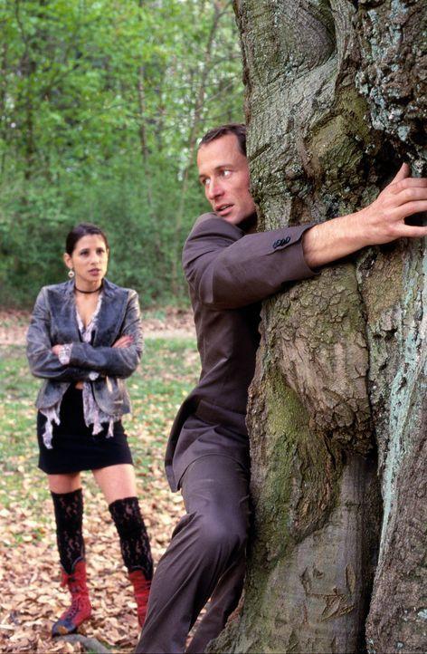 Emily (Isabella Parkinson, l.) beobachtet Enno (Markus Knüfken, r.) bei einem etwas ungewöhnlichen Versuch, sein Pech loszuwerden ... - Bildquelle: Uwe Stratmann Sat.1