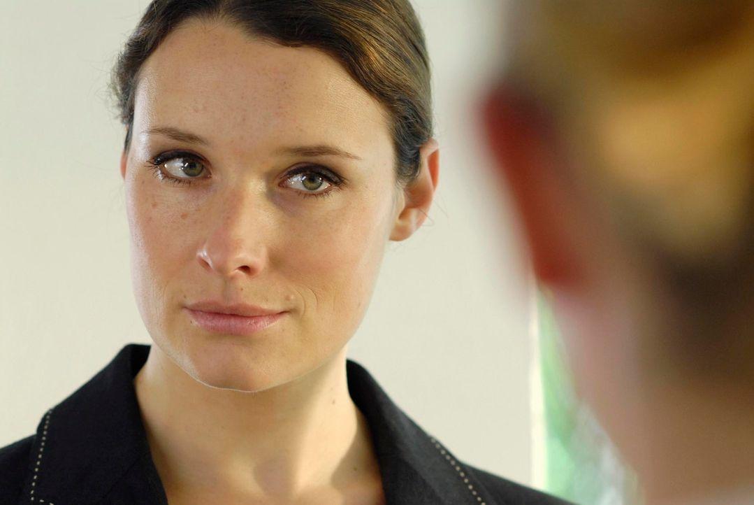 """Isabell Seifert (Kathrin Kühnel) muss schon bald erkennen, dass es im Kampf gegen die """"Götter in Weiß"""" besser ist, sich mit Edda zu verbünden ... - Bildquelle: Marco Nagel ProSieben"""