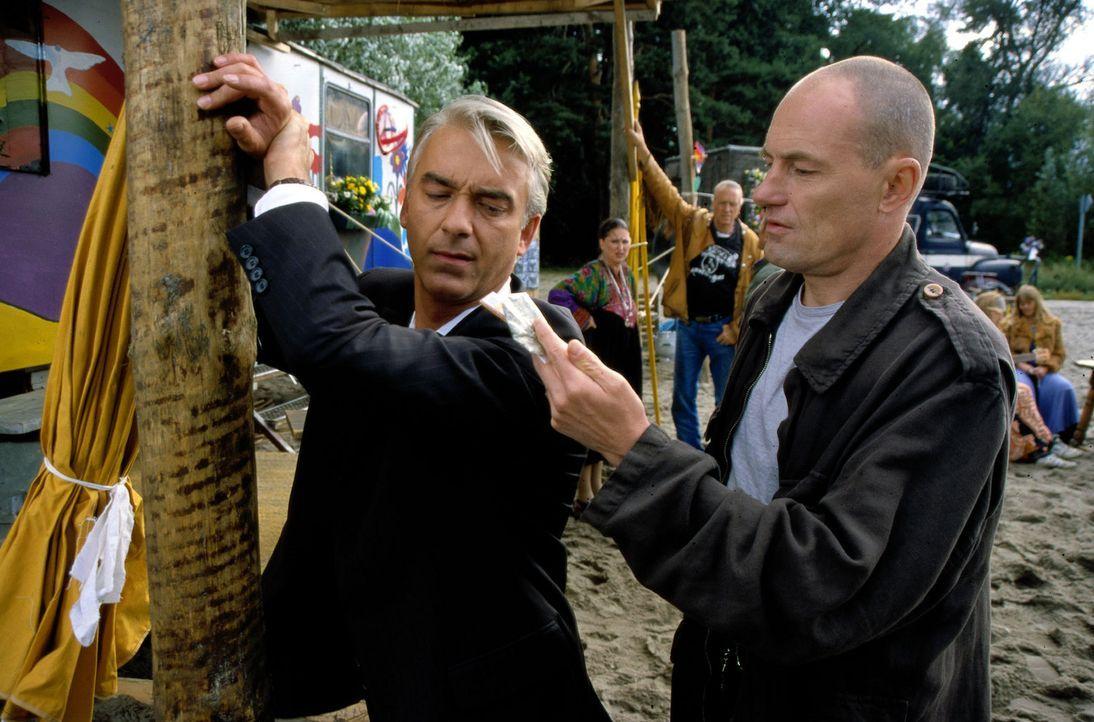 Felix (Christoph M. Ohrt, l.) wird in der Hippiesiedlung von einem Polizisten durchsucht ... - Bildquelle: Spitz Sat.1