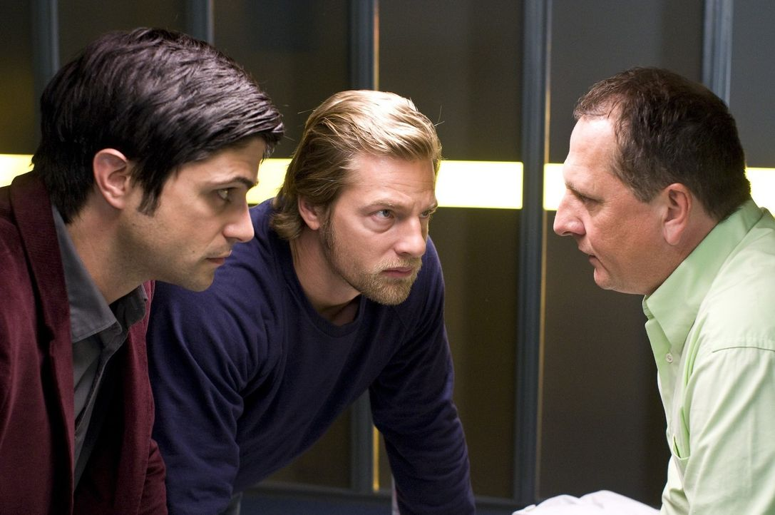 Als Mick (Henning Baum, M.) und Andreas (Maximilian Grill, l.) den Zahnarzt Dr. Willinger (Thomas Kuegel, r.) verhören, wird bald deutlich, dass der... - Bildquelle: Martin Rottenkolber SAT.1