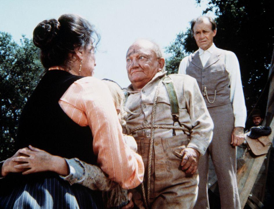 Harriet (Katherine MacGregor, l.) und Nels Oleson (Richard Bull, r.) sind Lou Bates (Billy Barty, M.) für die Rettung ihrer Tochter dankbar. - Bildquelle: Worldvision