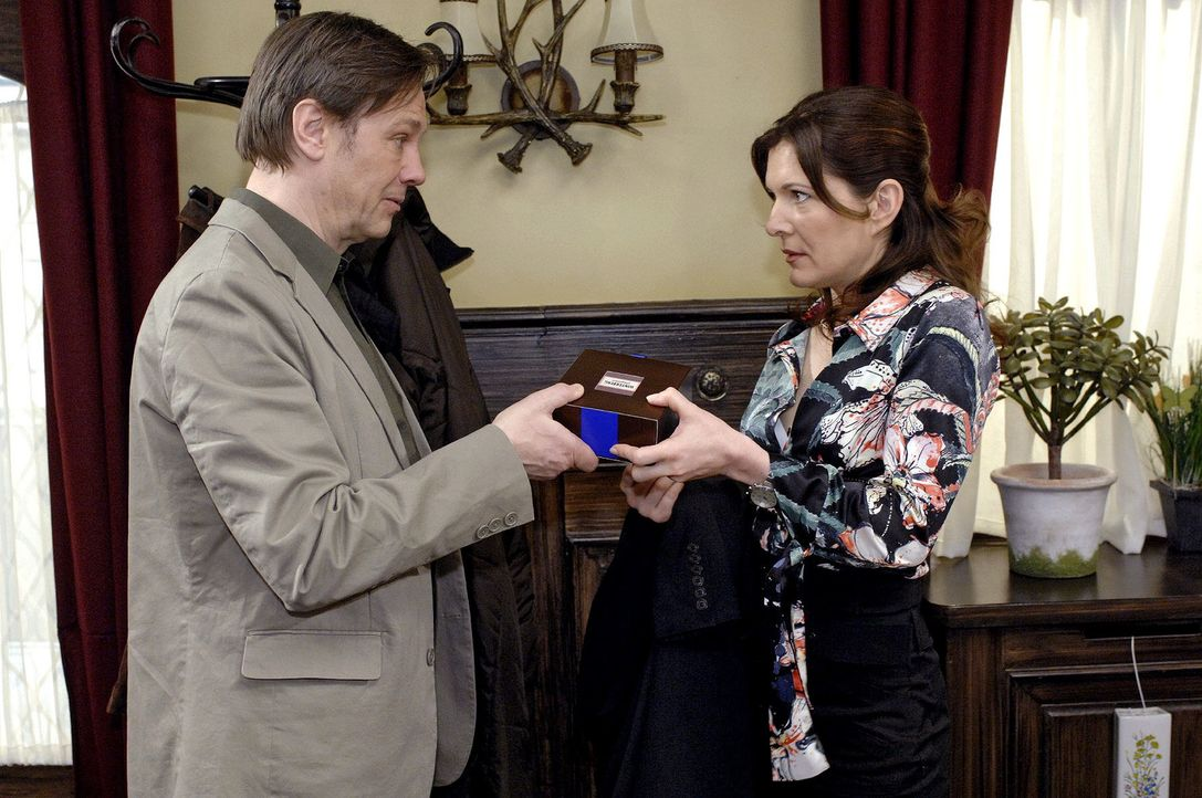 Armin (Rainer Will, l.) überreicht Leonore (Chantal Dorn, r.) ein Geschenk. - Bildquelle: Oliver Ziebe Sat.1