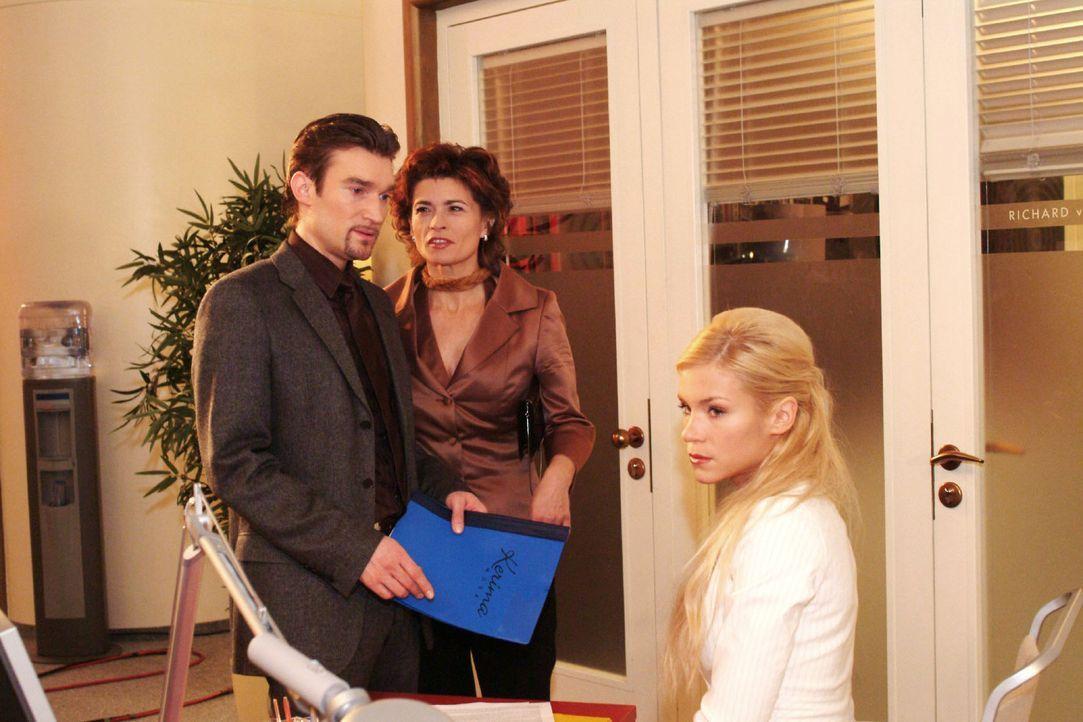 Sabrina (Nina-Friederike Gnädig, r.) muss hinnehmen, dass ihr von Richard (Karim Köster, l.) und Sophie (Gabrielle Scharnitzky, M.) die Vorbereitung... - Bildquelle: Monika Schürle Sat.1