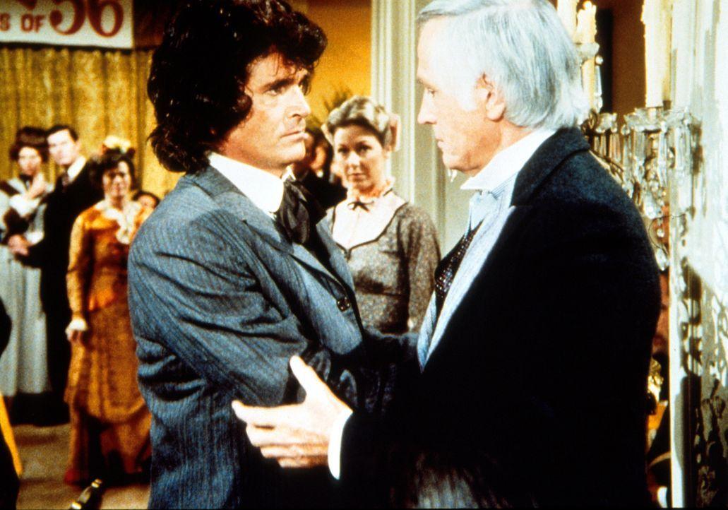 """Charles Ingalls (Michael Landon, l.) versucht Dillon Hyde (Liam Sullivan, r.) zu beruhigen. Er hatte sich seiner Frau gegenüber etwas """"rabiat"""" verha... - Bildquelle: Worldvision"""