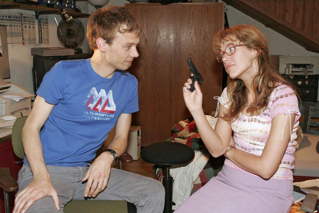 """Als Jürgen (Oliver Bokern, l.) Lisa (Alexandra Neldel, r.) seine Hilfe bei der Aufklärung des Diebstahls versagt und sich sogar über ihr """"Detektivsp... - Bildquelle: Noreen Flynn Sat.1"""
