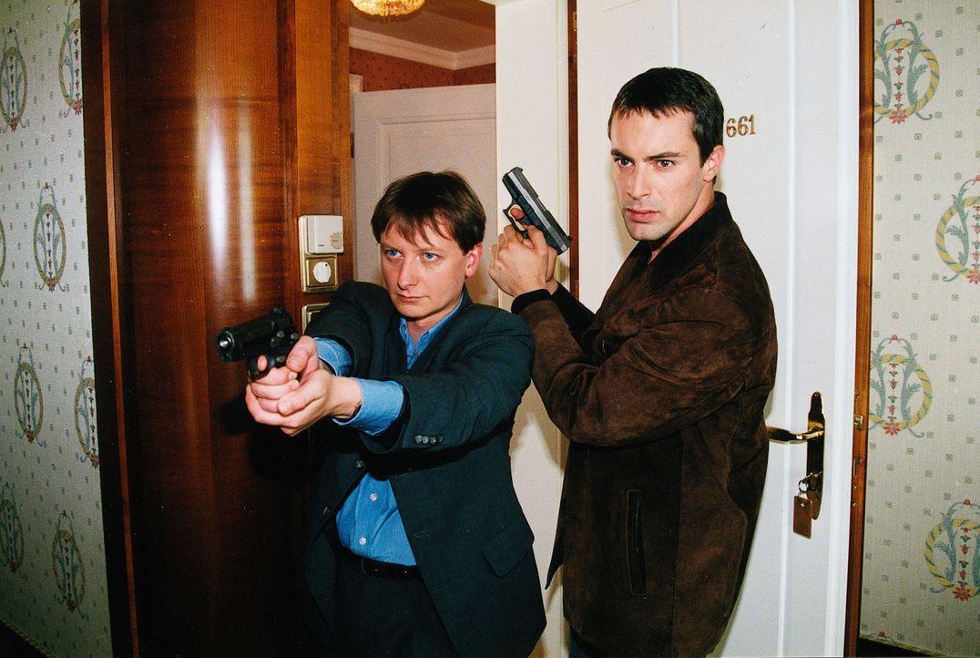 Kommissar Brandtner (Gedeon Burkhard, r.) und Assistent Böck (Heinz Weixelbraun, l.) sind dem Mörder auf der Spur. - Bildquelle: Ali Schafler Sat.1