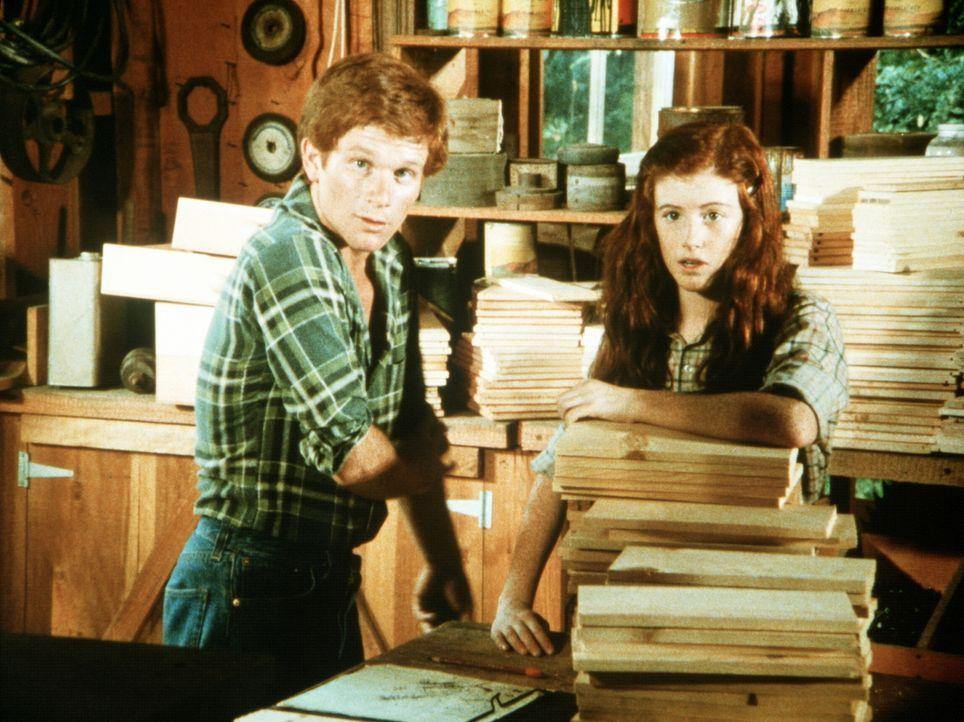 Verwundert sehen sich Ben Walton (Eric Scott, l.) und seine Schwester Elizabeth (Kami Cotler, r.) im väterlichen Sägewerk um. Was ist geschehen? - Bildquelle: WARNER BROS. INTERNATIONAL TELEVISION