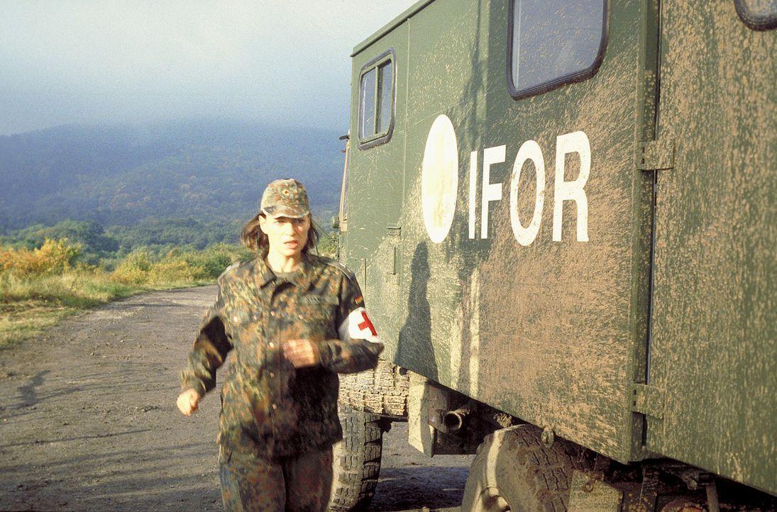 Eine Bundeswehreinheit auf Friedenssicherung in Bosnien: Die Ärztin Kathrin Stangl (Nina Kronjäger) gerät mitten in ein mörderisches Spiel ... - Bildquelle: Jiri Hanzl ProSieben