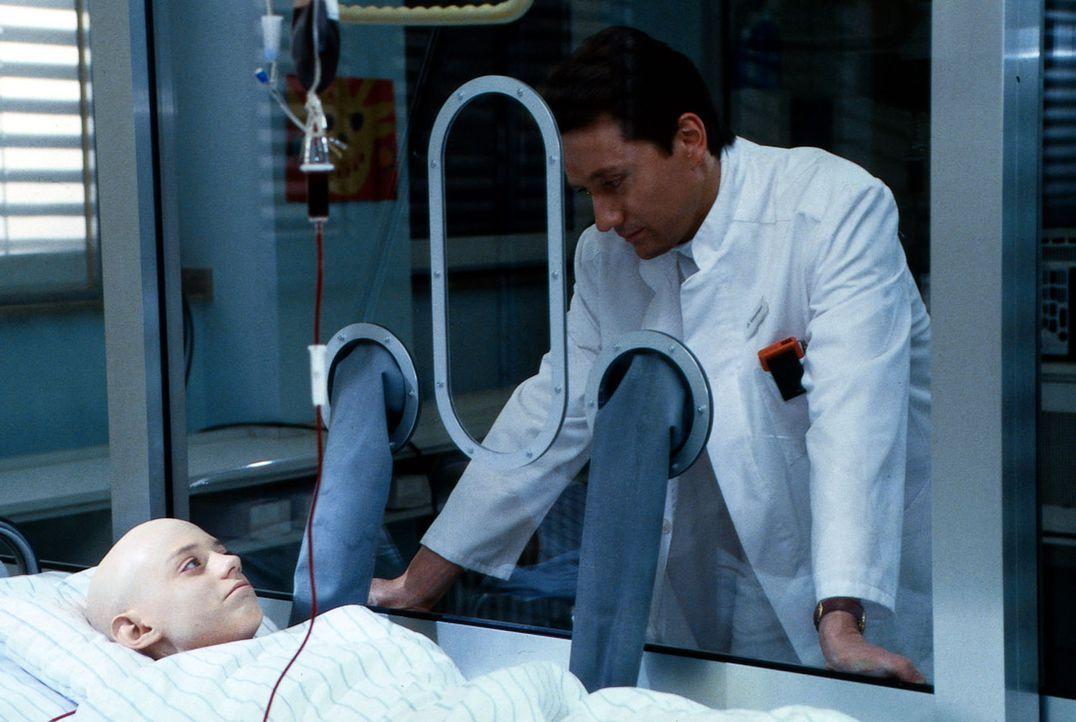 Der kleine Tobias Felder (Jasche Mettmann, l.) muss sich nach starker Bestrahlung und Chemotherapie in einem absolut sterilen Zelt aufhalten. Die Be... - Bildquelle: Jatagandzidis Sat.1