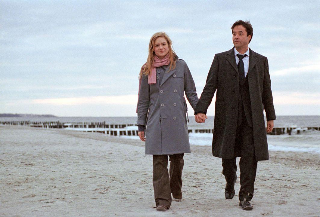 Laurens (Jan Josef Liefers, r.) und Gina (Julia Jentsch, l.) kommen sich bei einem ausgiebigen Strandspaziergang näher ... - Bildquelle: Stephan Rabold Sat.1