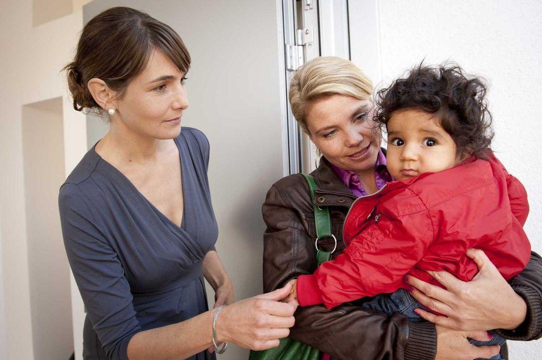 Um die Abschiebung der kleinen Momo (Angi Peters, r.) zu verhindern, lässt Danni (Annette Frier, M.) nichts unversucht und wird tatsächlich in Paul... - Bildquelle: Martin Rottenkolber SAT.1