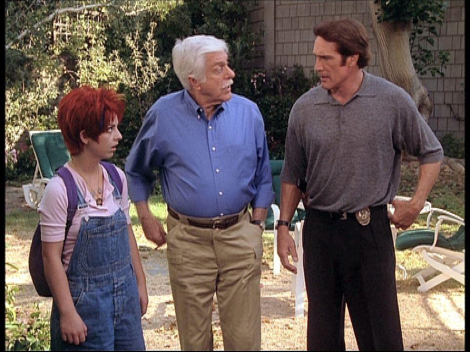 Steve (Barry Van Dyke, r.) und Mark (Dick Van Dyke, M.) wundern sich, dass der Vater von Barbie (Morgan Nagler, l.), auf die sie aufpassen sollten,... - Bildquelle: Viacom