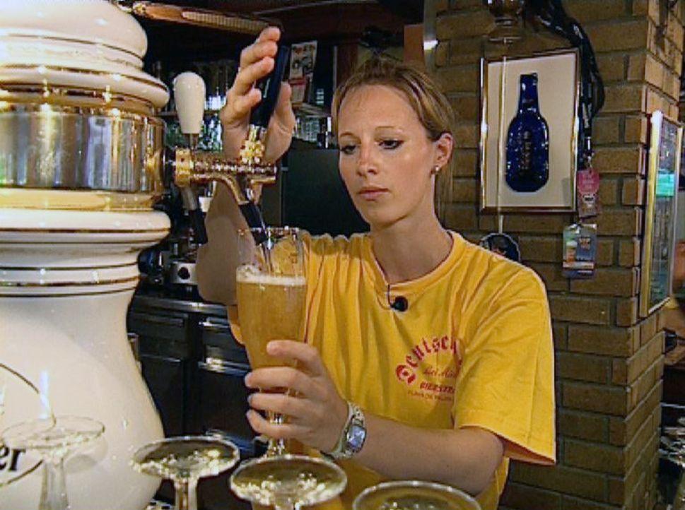 Sandra hat einen Job in einem Restaurant gefunden und schenkt am Tresen Bier aus. - Bildquelle: Sat.1