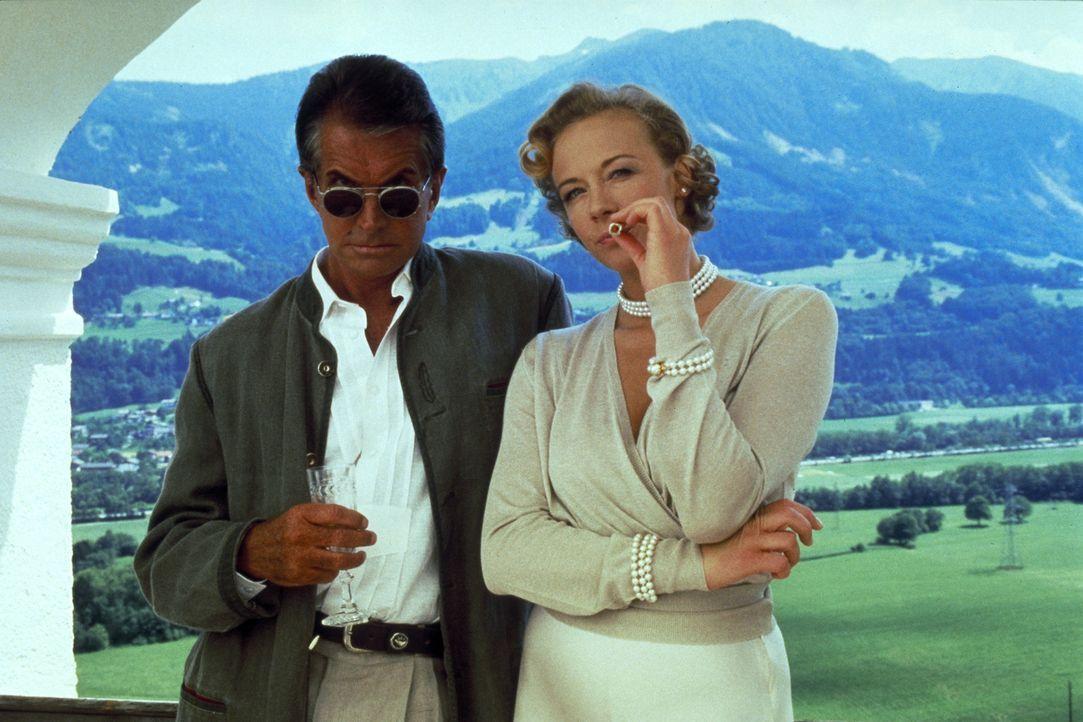 Um an das Geld des wohlhabenden Klinikchefs Peter Donner zu gelangen, planen Elsa Hellerstadt (Katja Riemann, r.) und Karl von Ostenberg (George Ham... - Bildquelle: Columbia Pictures