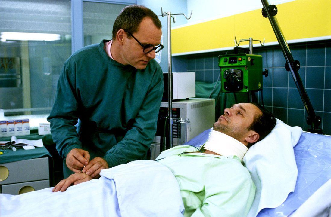 Dr. Nerlinger (Herbert Trattnigg, l.) untersucht Marius Kerner (Horst-Günter Marx, r.), der nach einem Fenstersturz einen Wirbelsäulenbruch davong... - Bildquelle: Noreen Flynn Sat.1