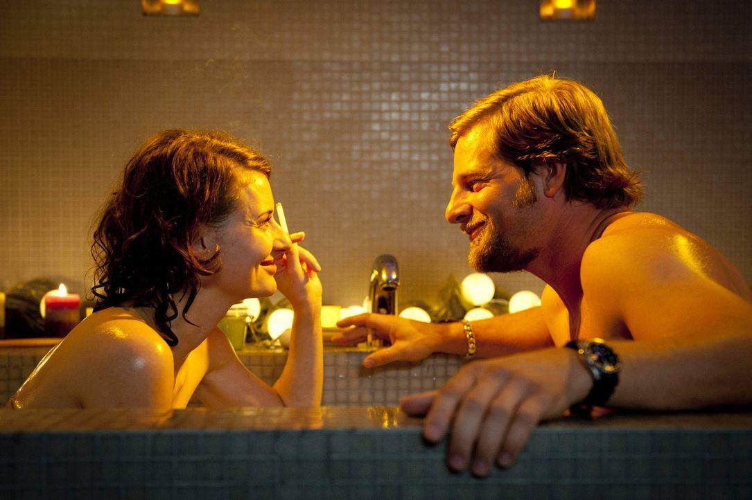 Mick (Henning Baum, r.) erfährt während einer gemeinsamen Nacht mit Tamara Rüttgen (Marie Rönnebeck, l.), dass der kleine Timo keineswegs einen Blic... - Bildquelle: Martin Rottenkolber SAT.1 / Martin Rottenkolber