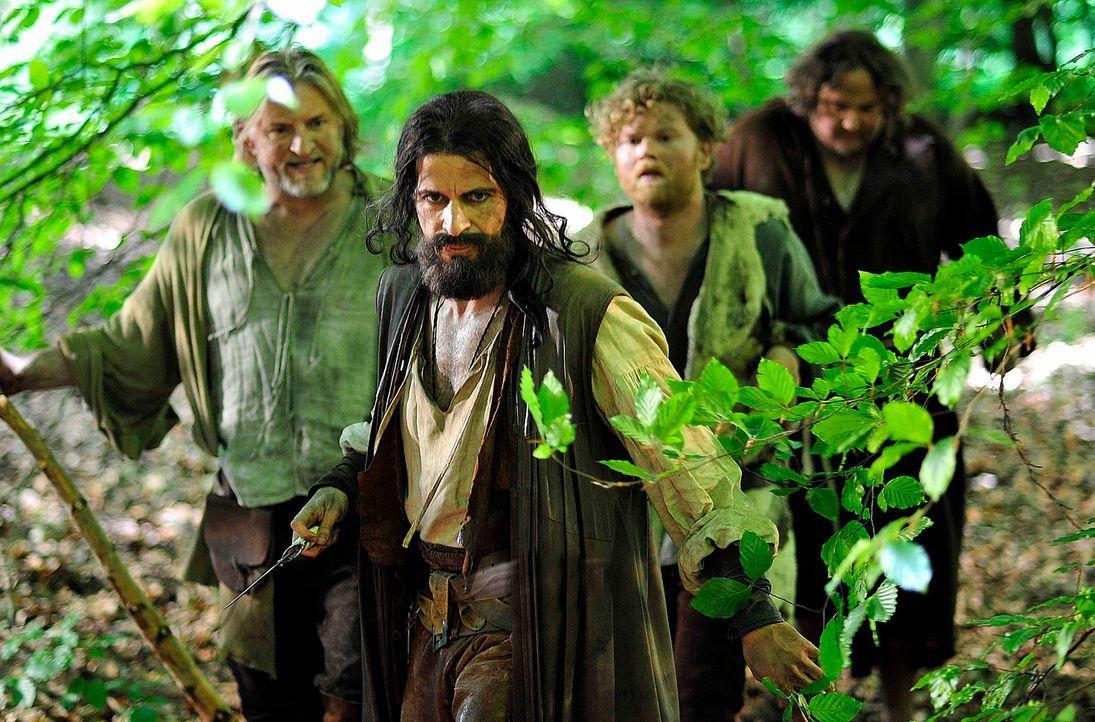 Während Robin Hood (Pasquale Aleardi, 2.v.l.) und seine Gefährten Little John (Frank Kessler, l.), Bruder Tuck (Daniel Zillmann, r.) und Will Scarle... - Bildquelle: Oliver Feist SAt.1