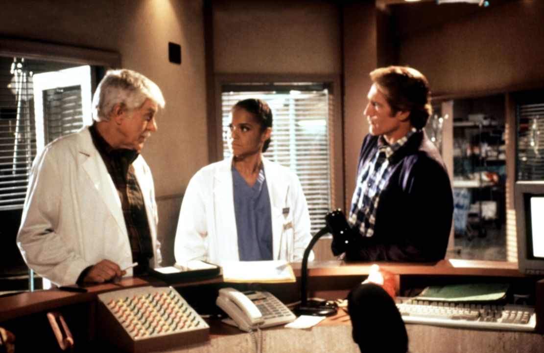 Mark (Dick Van Dyke, l.), Jesse (Charlie Schlatter, M.) und Steve (Barry Van Dyke, r.) überlegen, welcher Insasse des verunglückten Busses als Mörde... - Bildquelle: Viacom