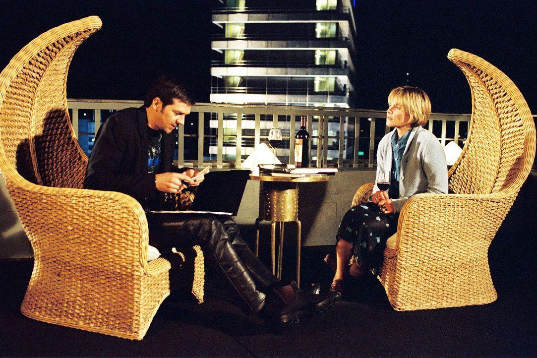 Sophie (Karoline Eichhorn, r.) will Martin (Kai Wiesinger, l.) eine Bankvollmacht ausstellen. - Bildquelle: Nicole Manthey Sat.1