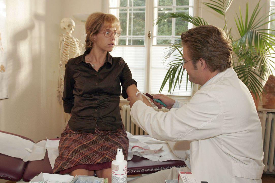 Von Bernd zum Arzt geschleppt, erhält Lisa (Alexandra Neldel, l.) von Dr. Weber (Peter Atanassow, r.) die Diagnose, dass ihre Schwäche von ihrer Ver... - Bildquelle: Noreen Flynn Sat.1